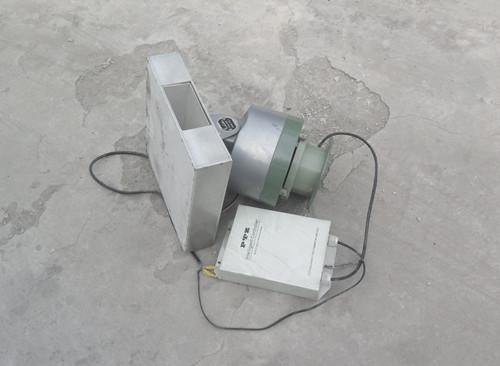 用望远镜观察到该信号塔第一平台上装有卫星干扰器